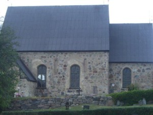 Figure 4. Roslags-Bro church, south wall windows. The lighter area around the left window is a trace of a 15th century window having 2/3 of the present window´s height and placed a little to the left.